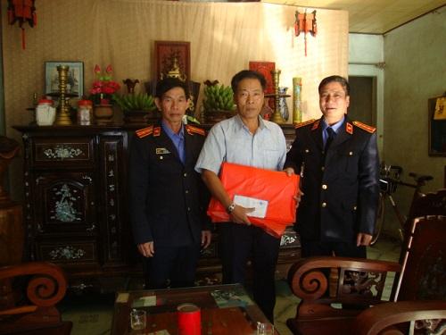 Lãnh đạo Viện KSND huyện Mộ Đức thăm và  tặng quà gia đình đồng chí Trần Công Phi