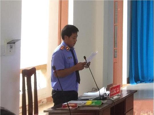Kiểm sát viên công bố cáo trạng